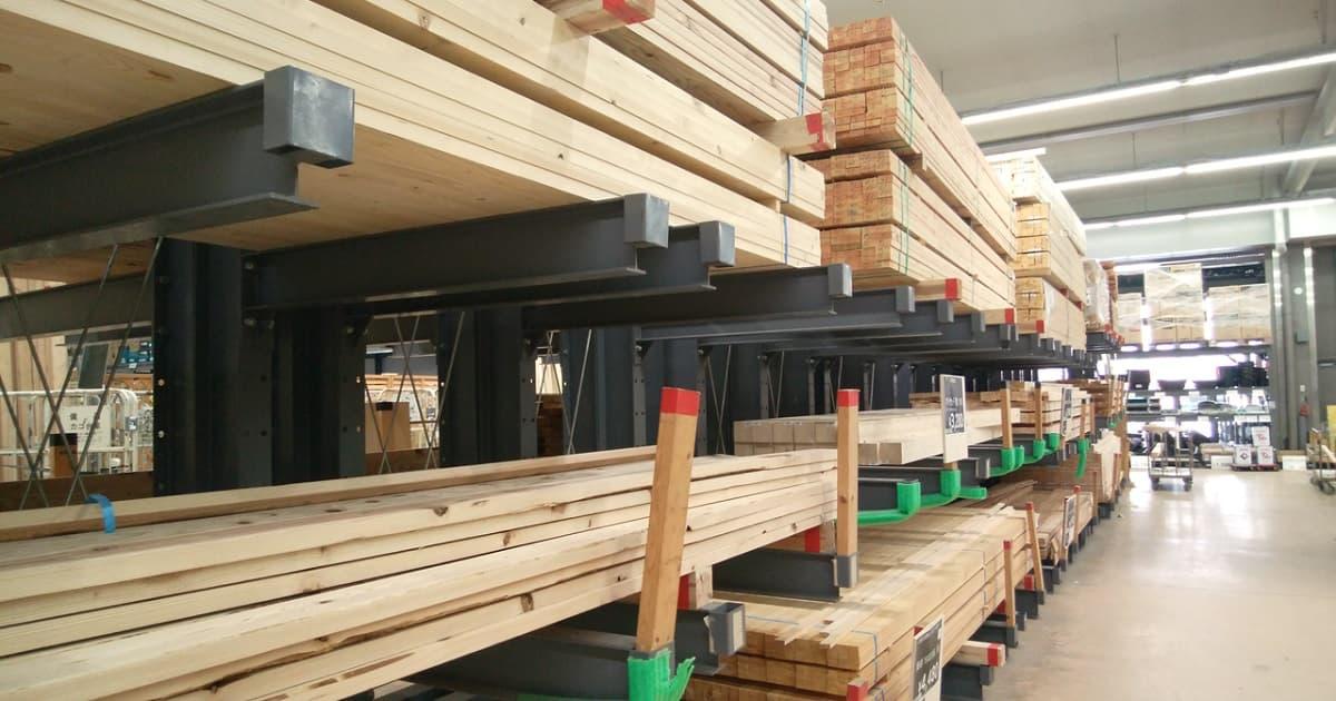 ホームセンターの木材売り場の様子