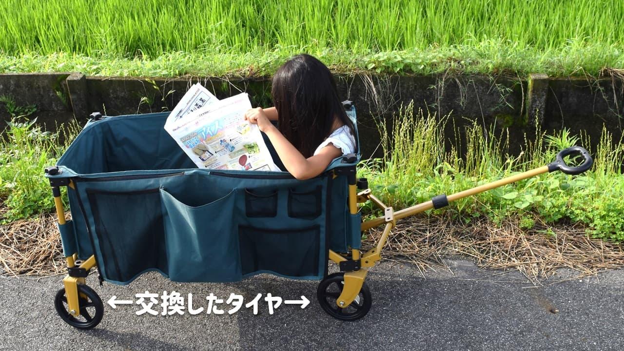 タイヤ交換・修理したDCMキャリーワゴンで新聞を読む娘